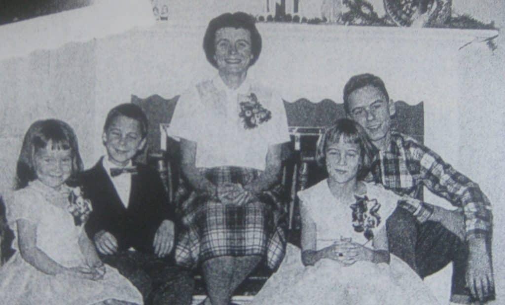 Ted Bundy z mamą oraz rodzeństwem