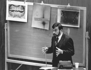 Dr Lowell Levine - odontolog zeznaje podczas procesu sądowego Bundy'ego