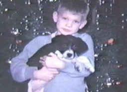 Jeffrey Dahmer z psem, który miał pomóc chłopcu się zaaklimatyzować w nowym miejscu.